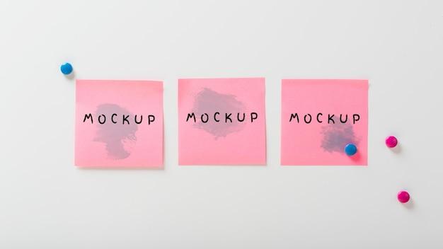 Concepto de escritorio con maqueta de notas adhesivas