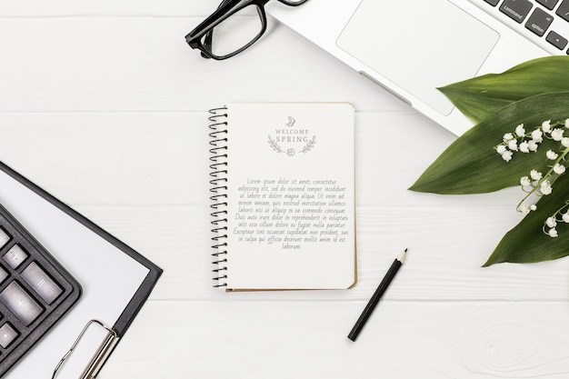 Concepto de escritorio maqueta portátil y gafas