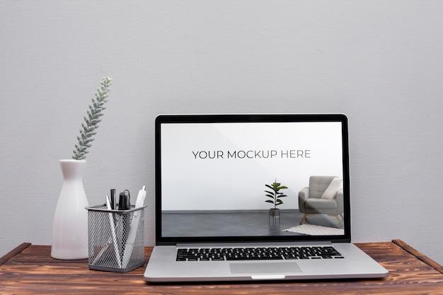 Concepto de escritorio de oficina con maqueta
