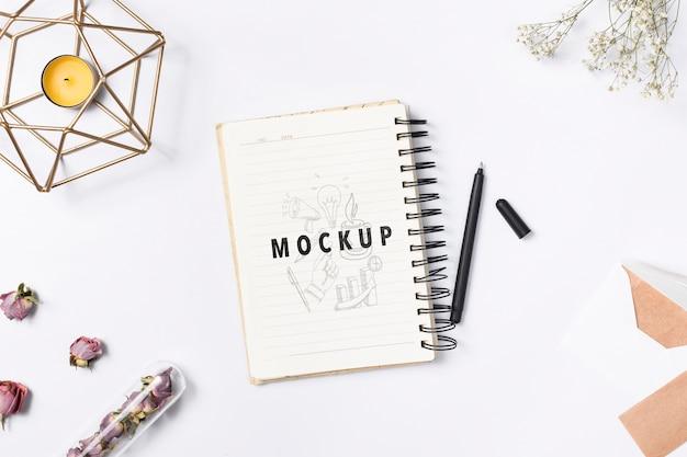 Concepto de escritorio táctil mujer elegante