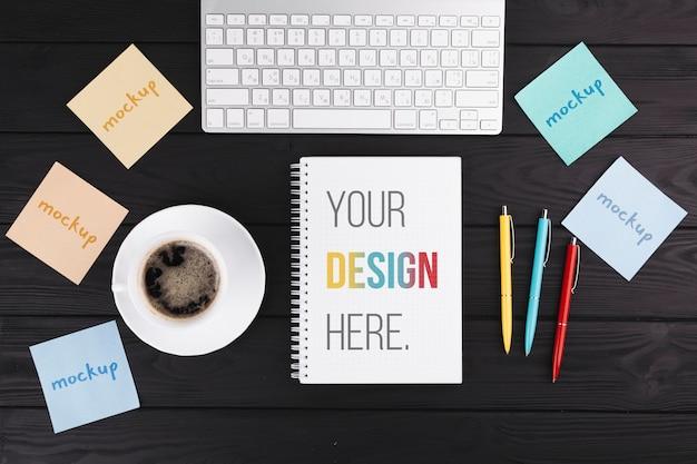 Concepto de escritorio con teclado y notebook