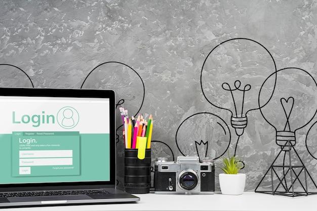 Concepto de escritorio de vista frontal con laptop