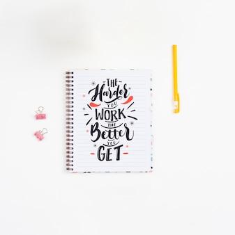 Concepto de escritorio de vista superior con cuaderno y bolígrafo PSD gratuito