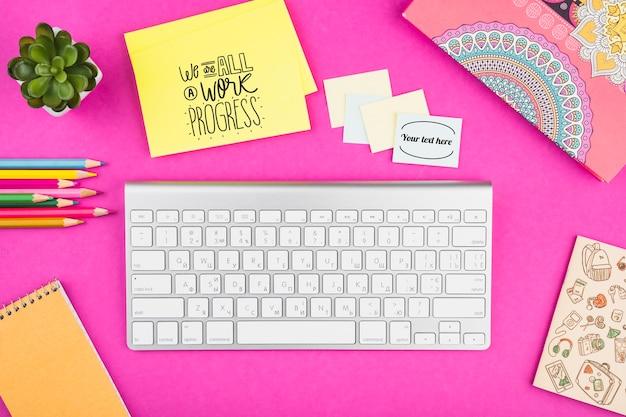 Concepto de escritorio de vista superior con fondo rosa