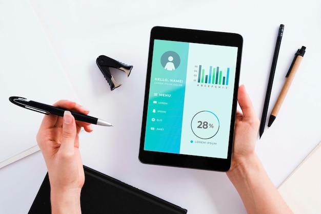 Concepto de escritorio de vista superior con tableta