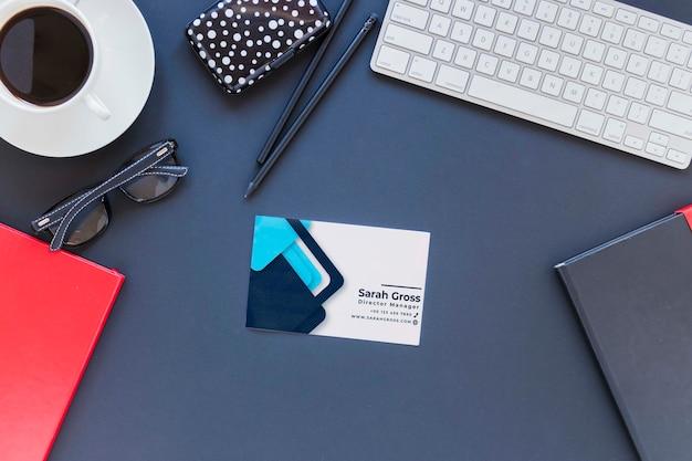 Concepto de escritorio de vista superior con tarjeta de visita