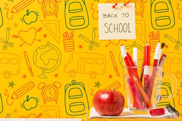 Concepto de escuela con dibujos y manzana roja