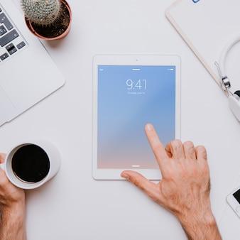 Concepto de espacio de trabajo con dedo tocando tablet