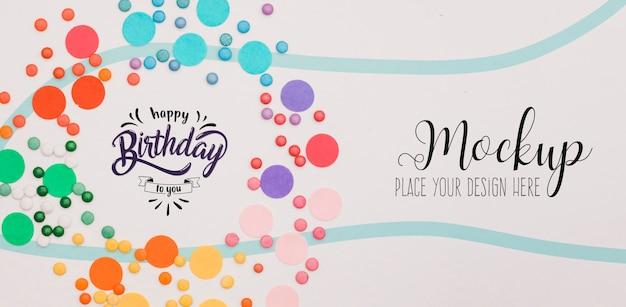Concepto de feliz cumpleaños vista superior con maqueta