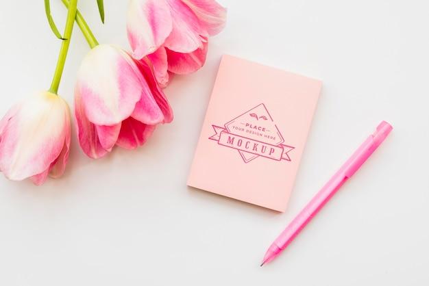 Concepto de flores rosadas con lápiz