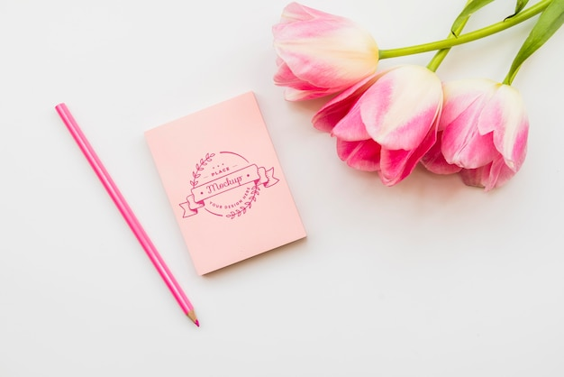 Concepto de flores rosadas con notebook