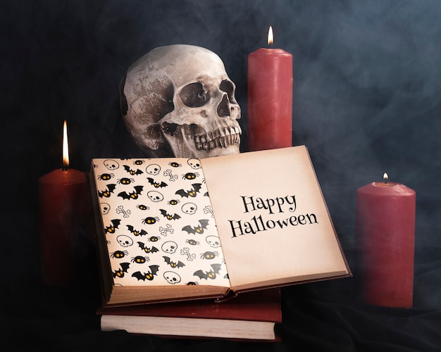 Concepto de halloween con velas de calavera y libro