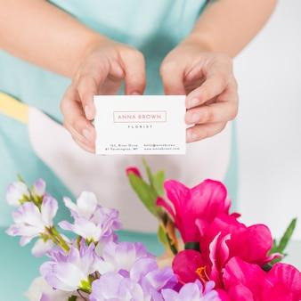 Concepto de jardinería con mujer presentando tarjeta de visita