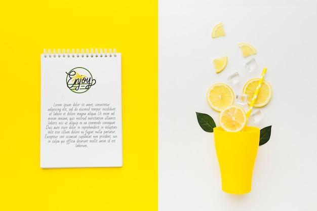Concepto de limonada fresca de vista superior con maqueta