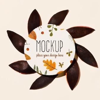 Concepto de maqueta de otoño con hojas marrones