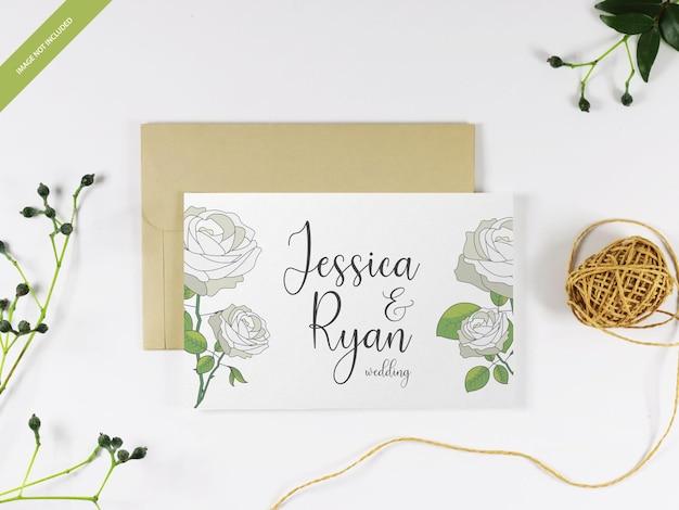 Concepto de maqueta de tarjeta de boda floral en un sobre marrón