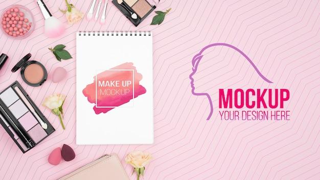 Concepto de maquillaje plano laico con productos