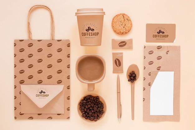 Concepto de marca de café plano laico con frijoles