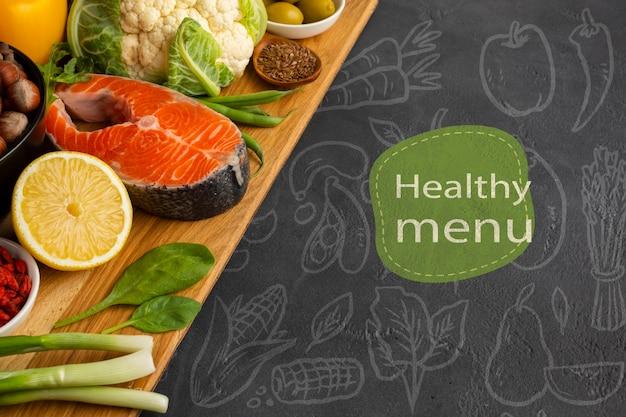 Concepto de menú saludable con pescado y verduras