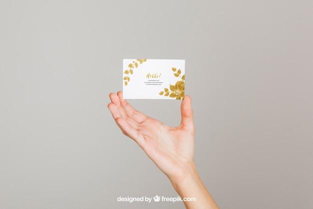 Concepto mockup de mano sujetando tarjeta de visita