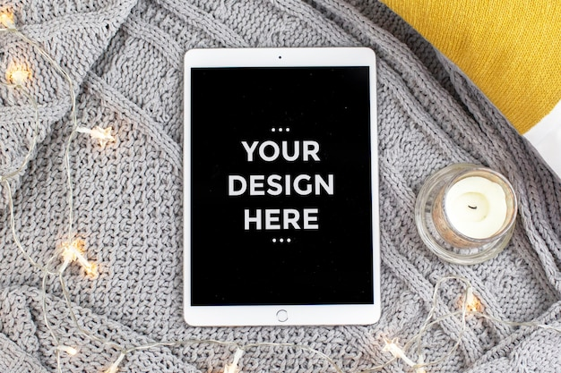 Concepto de moda de vista superior con maqueta de pantalla de tableta