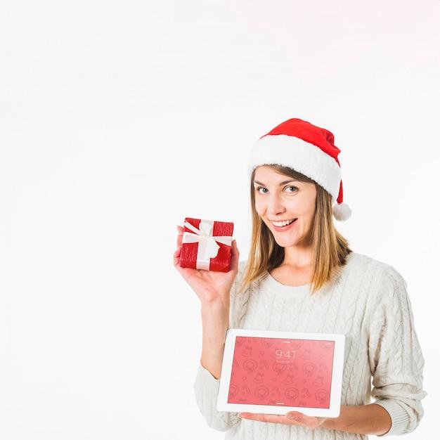 Concepto de navidad con mujer sujetando mockup de tableta