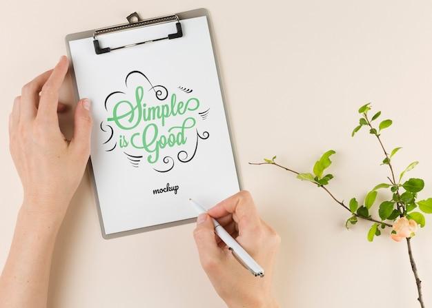 Concepto de oficina en casa con manos escribiendo