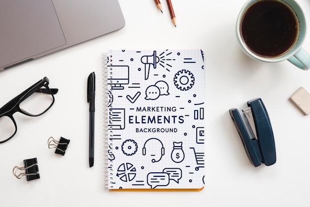 Concepto de oficina con maqueta de herramientas
