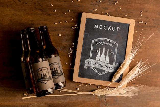 Concepto de oktoberfest botellas de cerveza y trigo