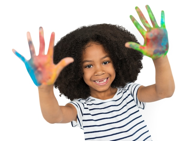 Concepto de la pintura de la mano de la niña de la ascendencia africana