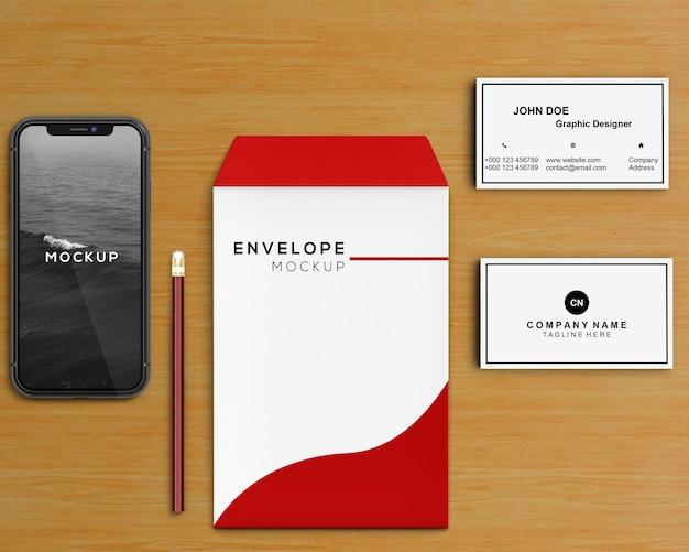 Concepto stationery con mockup de sobre y smartphone