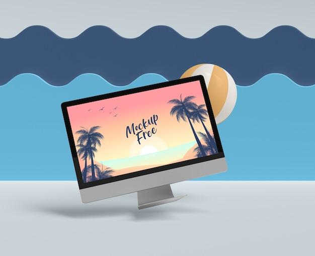 Concepto de verano con computadora y pelota