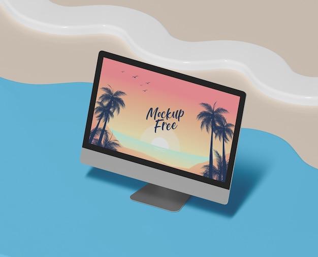 Concepto de verano con computadora y playa