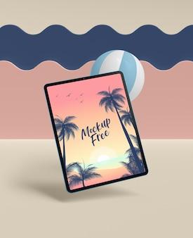 Concepto de verano con tableta y pelota