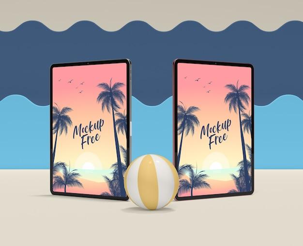 Concepto de verano con tabletas y pelota