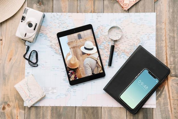Concepto de viajar con smartphone y tableta
