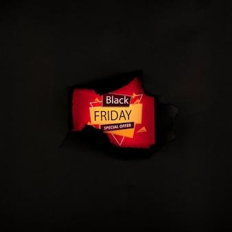 Concepto de viernes negro con fondo rasgado