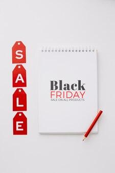 Concepto de viernes negro con maqueta de cuaderno