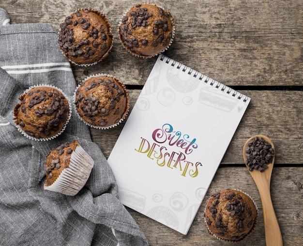 Concetto dei muffin di pepita di cioccolato di vista superiore
