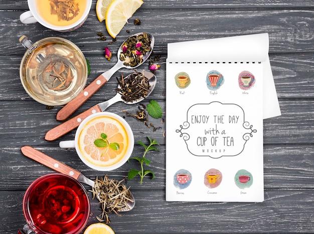Concetto del tè sul modello di legno della tavola