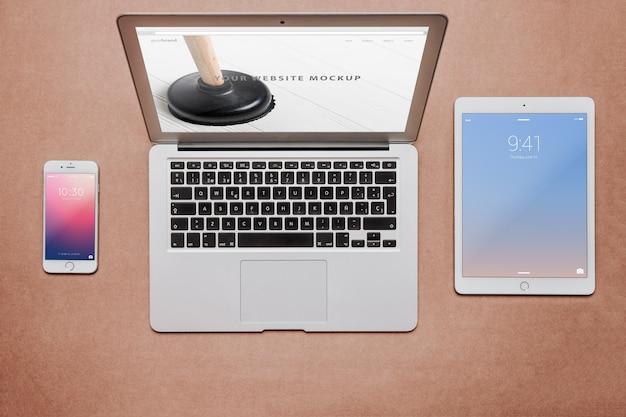 Concetto di area di lavoro con diversi dispositivi