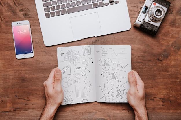 Concetto di area di lavoro con le mani che tengono brochure