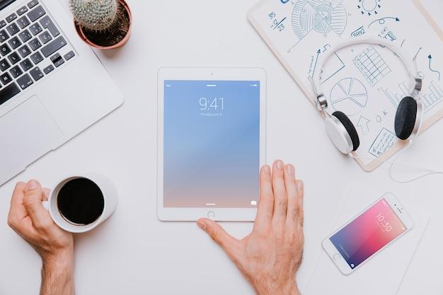 Concetto di area di lavoro con tablet in mezzo