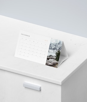 Concetto di calendario in mock-up di cartone