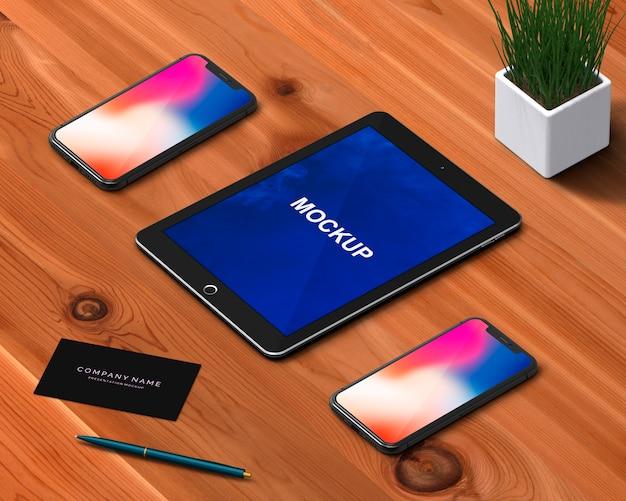 Concetto di cancelleria con tablet e smartphone mockup
