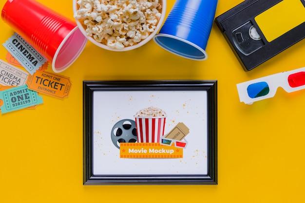 Concetto di cinema piatto laico con popcorn
