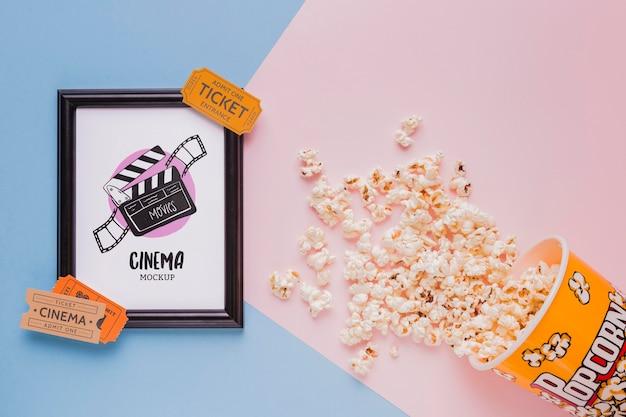 Concetto di cinema vista dall'alto con popcorn