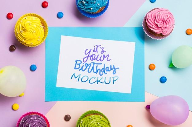 Concetto di compleanno con cupcakes colorati
