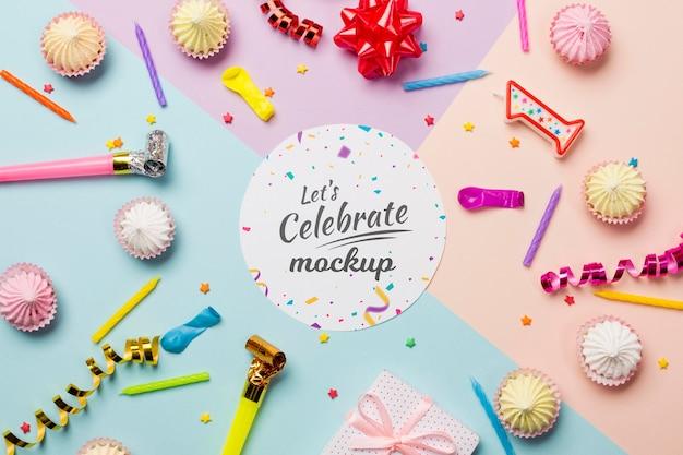 Concetto di compleanno piatto laico con cupcakes