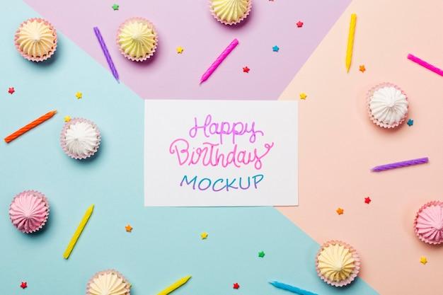 Concetto di compleanno vista dall'alto con cupcakes